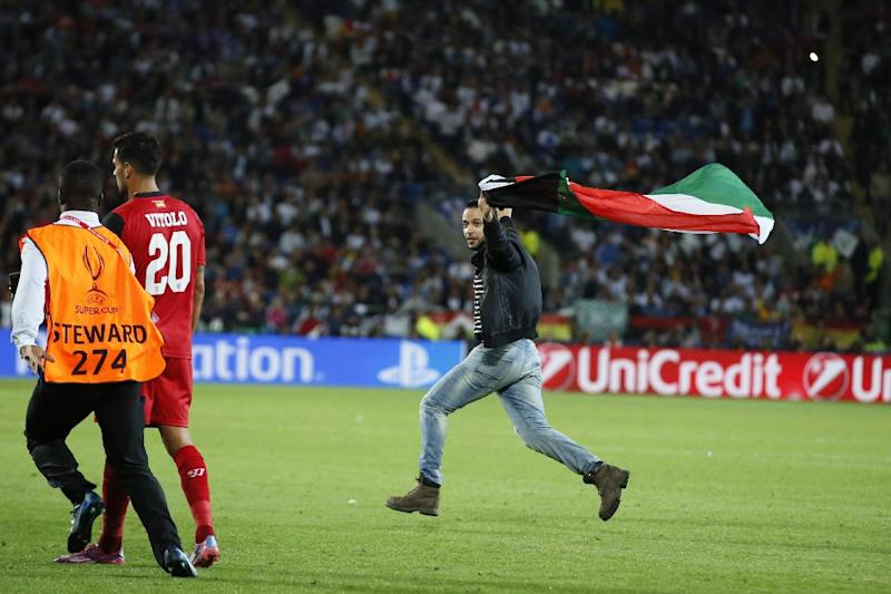Pitch invader waving Palestinian flag at Super Cup
