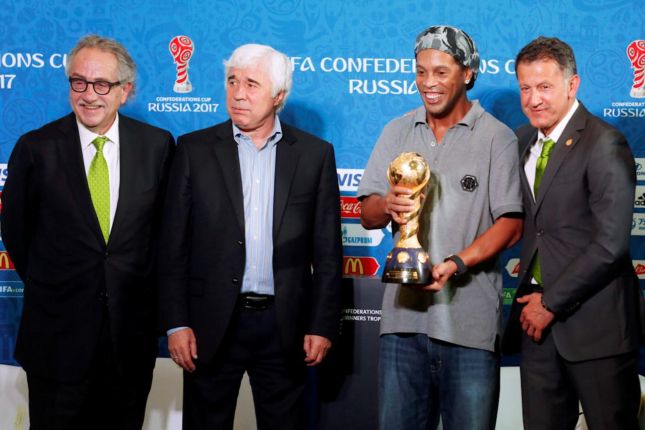 (L-R) Decio de Maria, President of the Mexican Football Federation (FMF), Evgeni Lovchev, former Russian soccer player, Ronaldinho Brazilian soccer player and Juan Carlos Osorio, Mexico's national soccer team head coach, pose for a photo next to FIFA Confederations Cup trophy during a news conference about FIFA Confederations Cup Russia 2017 as part of the 66th FIFA Congress, in Mexico City, Mexico, May 11, 2016. REUTERS/Edgard Garrido