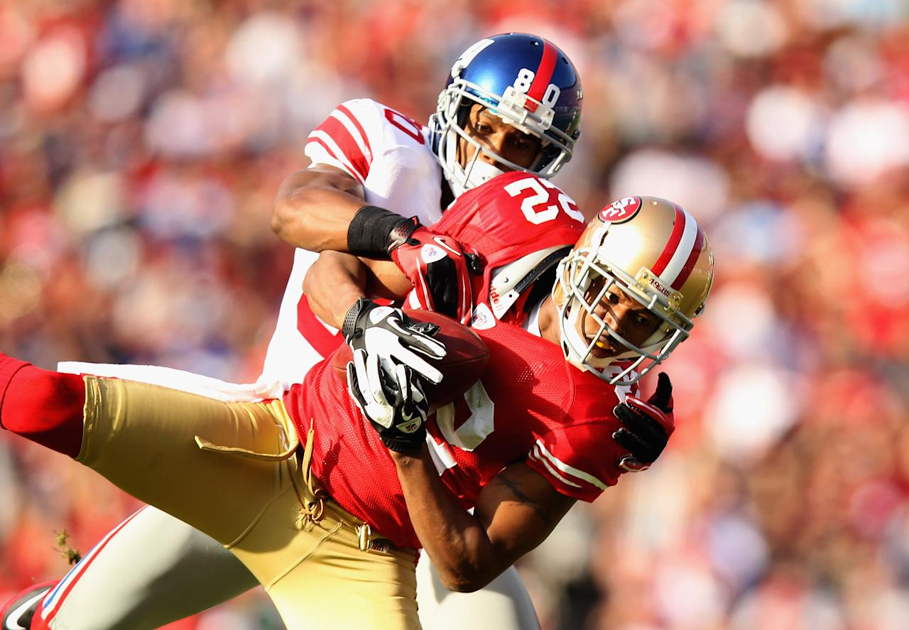 SAN FRANCISCO, CA - NOVEMBER 13:  Carlos Rogers #22 of the San Francisco 49ers intercepts a pass intended for Victor Cruz #80 of the New York Giants at Candlestick Park on November 13, 2011 in San Francisco, California.  (Photo by Ezra Shaw/Getty Images)