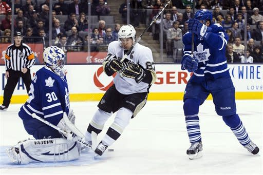 Dupuis scores 2 in 3rd, rallies Pens over Leafs