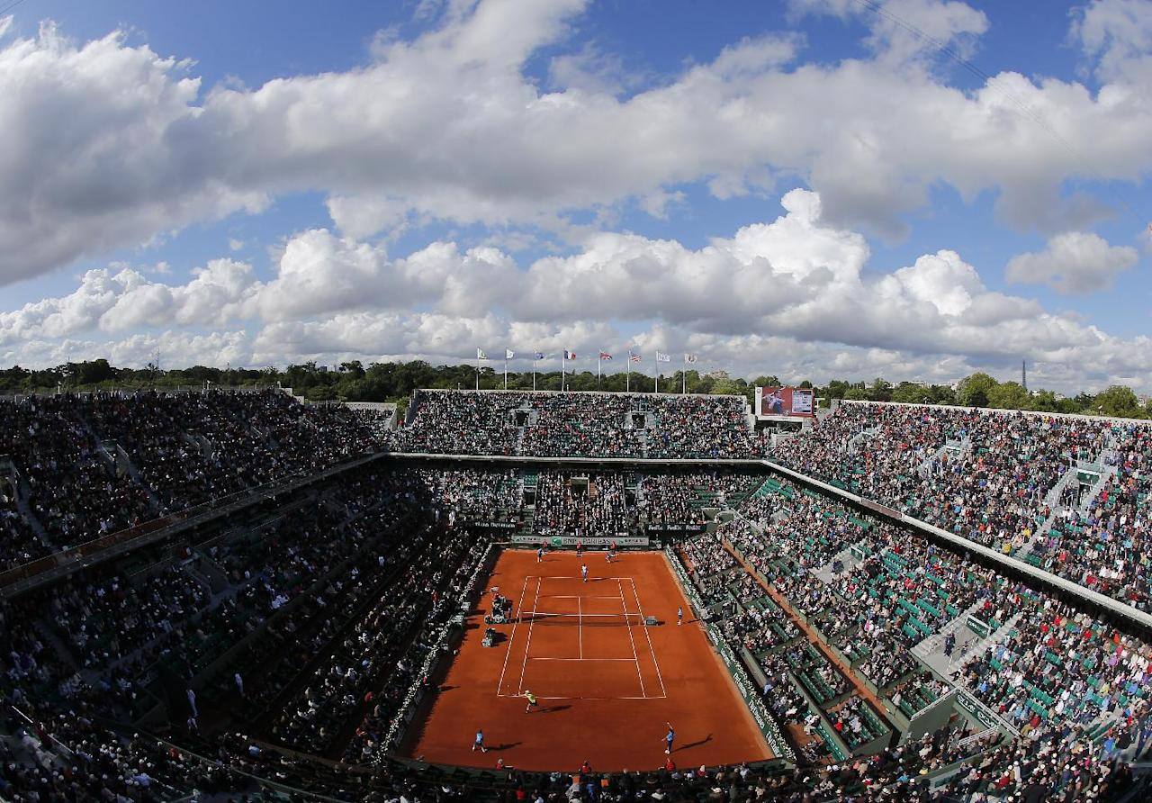 The crowd watches Britain's Andy Murray playing France's Gael Monfils during their quarterfinal match of  the French Open tennis tournament at the Roland Garros stadium, in Paris, France, Wednesday, June 4, 2014. (AP Photo/David Vincent)