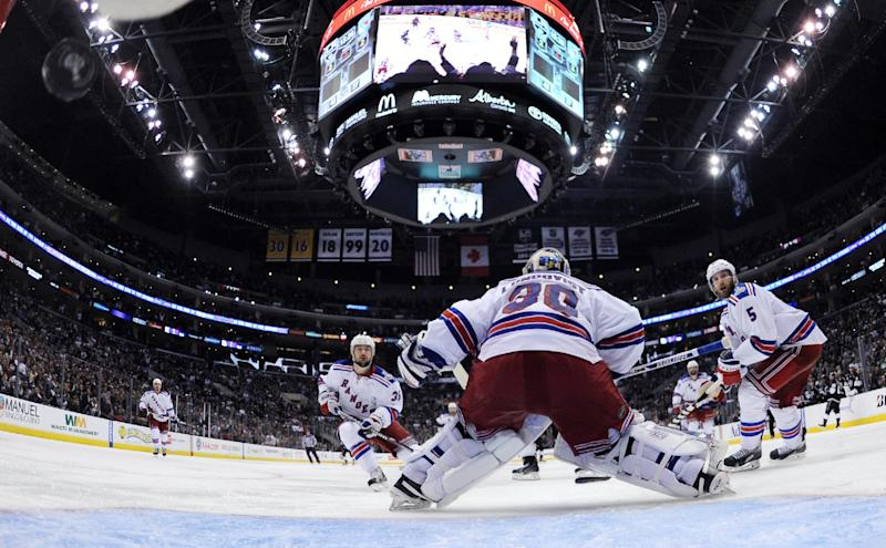 Rangers jump to Girardi's defense after turnover