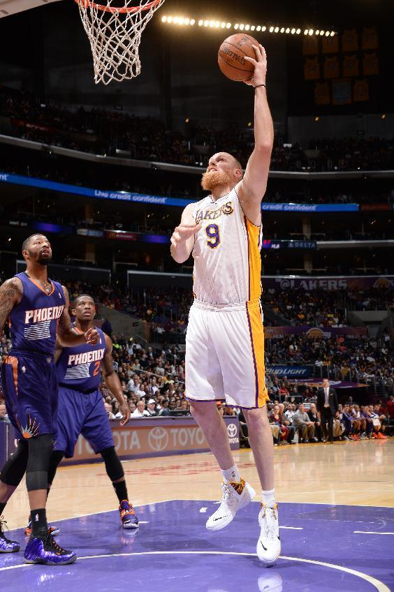 Kaman helps Lakers surprise Suns 115-99