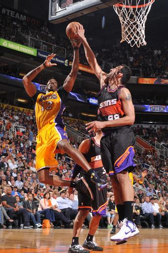 Scola's big 4th helps Suns rout Kobe-less Lakers