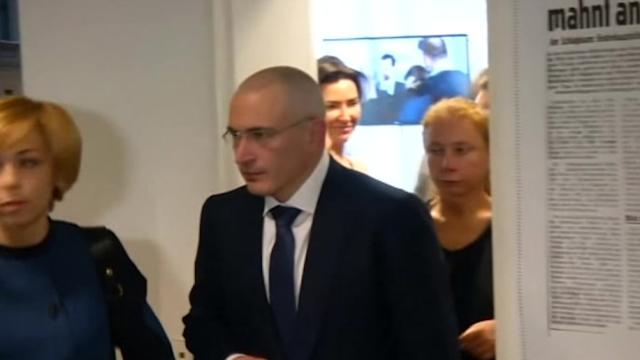 Khodorkovsky and family arrive for first news conference since release