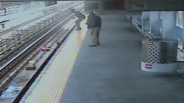 First on 6abc: Baby rescued after stroller falls onto SEPTA tracks