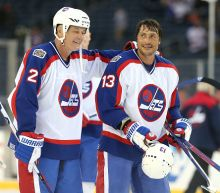 Teemu Selanne's late penalty shot lifts Jets in Heritage Classic alumni game