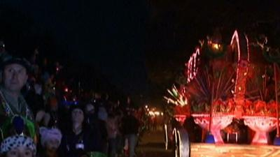 Raw: Big Mardi Gras Crowds Expected Despite Cold