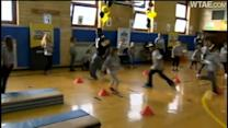 Steelers' Ryan Clark gets fit with elementary school students