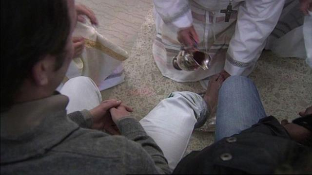 Pope washes prisoners' feet in Easter ritual