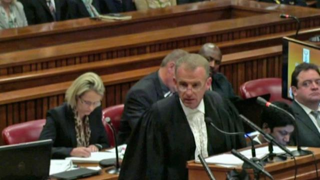 Oscar Pistorius urged to look at photo of dead girlfriend